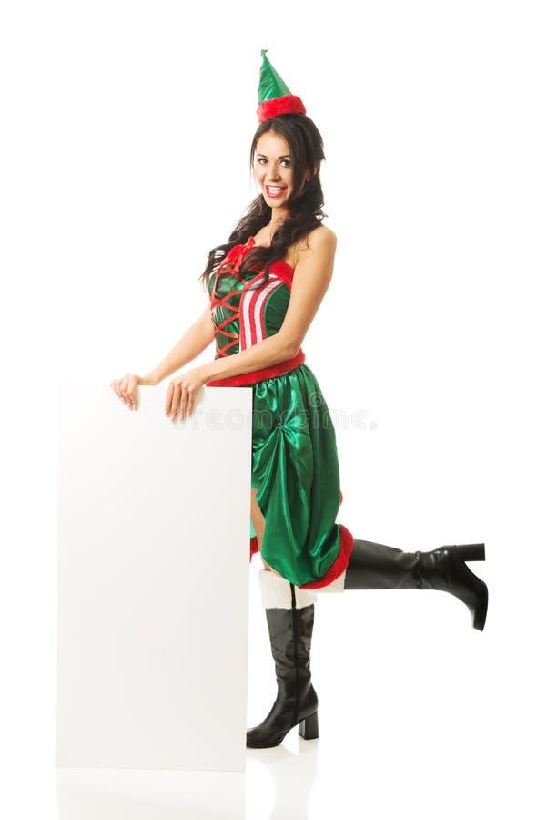L'elfe de port de femme intégrale vêtx tenir la bannière blanche sur le plancher photo stock