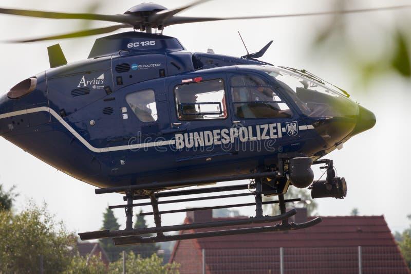 L'elicottero tedesco da Bundespolizei atterra su un campo per una missione di soccorso immagini stock