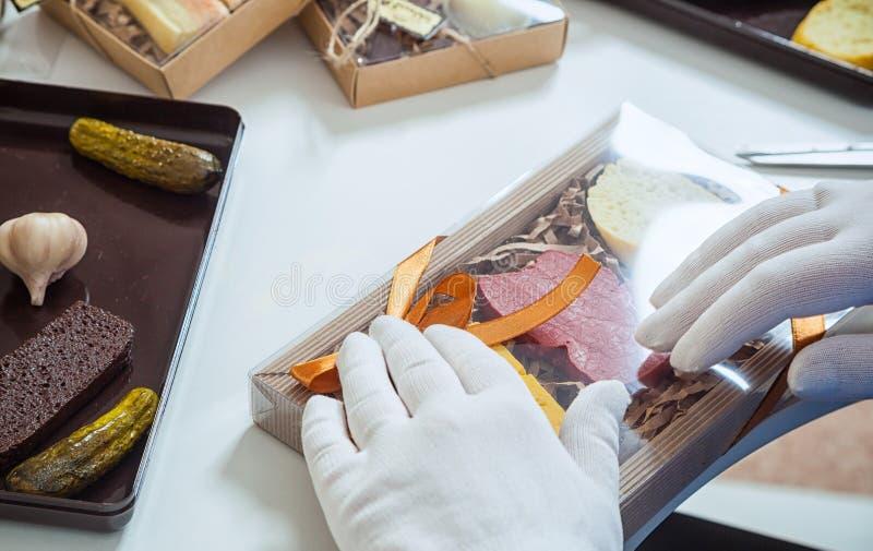 L'emballeur emballe un ensemble de chocolats photo stock