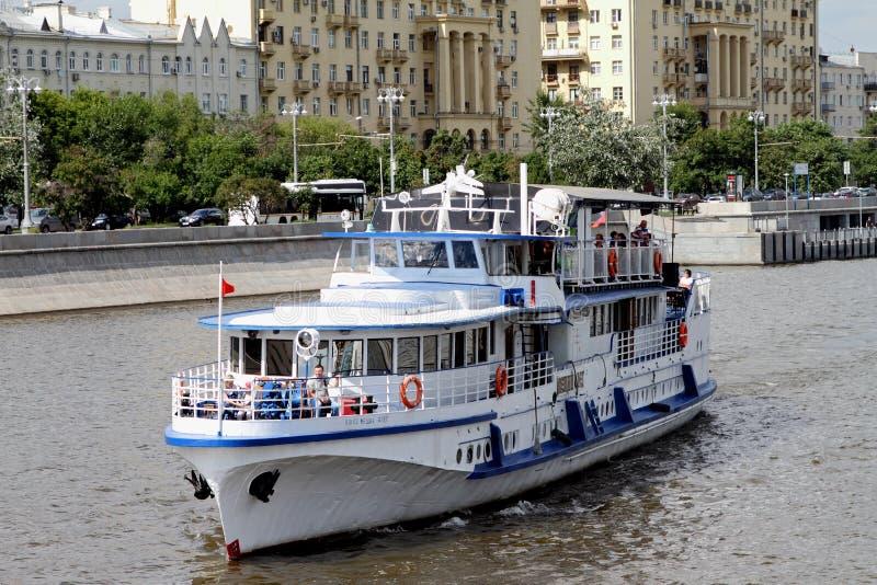 L'embarcation de plaisance blanche moderne navigue le long de la rivière de Moscou image stock