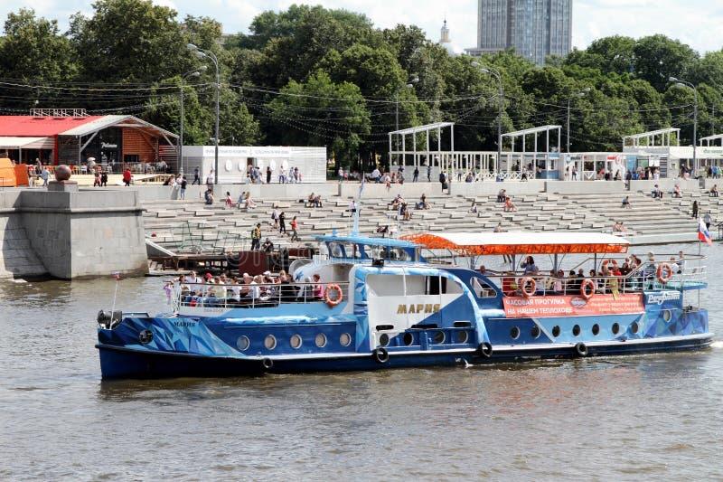 L'embarcation de plaisance bleue navigue le long de la rivière de Moscou image libre de droits