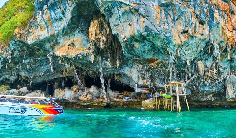 L'embarcation de plaisance chez Viking Cave, Phi Phi Leh Island, Krabi, Thaïlande photo libre de droits