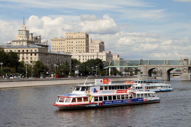 L'embarcation de plaisance deux moderne navigue le long de la rivière de Moscou images stock