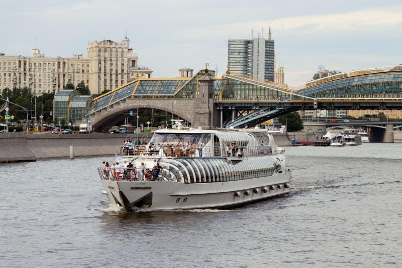 L'embarcation de plaisance moderne navigue le long de la rivière de Moscou photo libre de droits