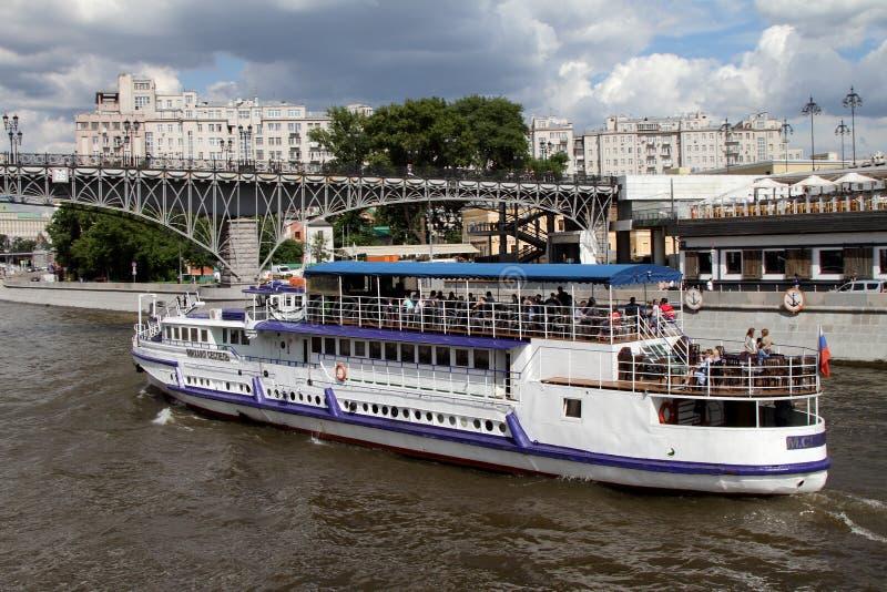 L'embarcation de plaisance moderne navigue le long de la rivière de Moscou image stock