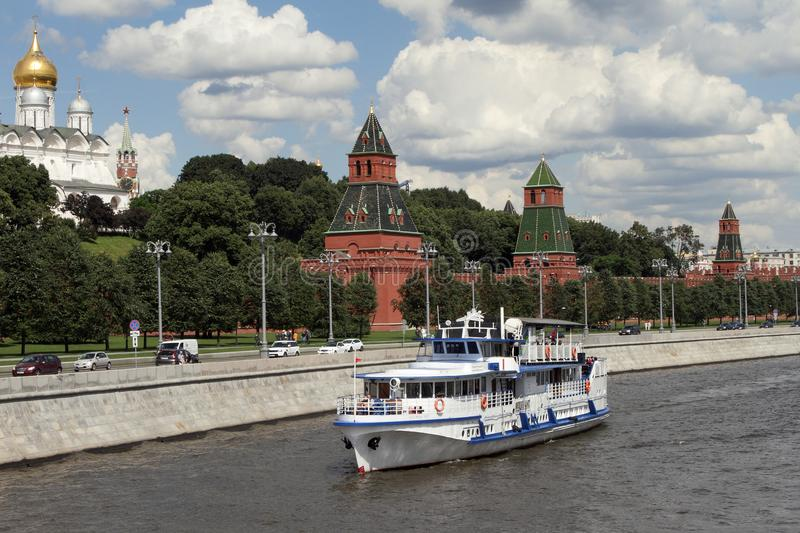 L'embarcation de plaisance moderne navigue le long de la rivière près de Moscou Kreml photographie stock libre de droits