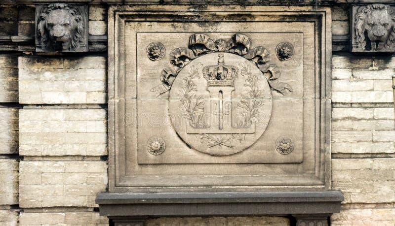 L'emblème royal du palais de Brussles sur le mur en Belgique photo stock
