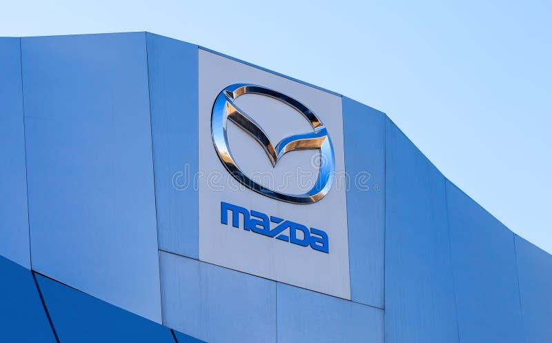 L'emblema Mazda sul fondo del cielo blu immagini stock