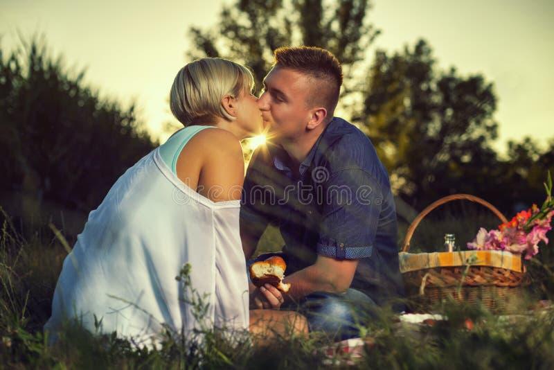 L'embrassant le coucher du soleil photos stock