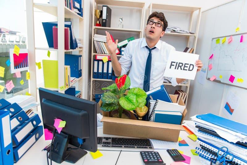 L'employé étant mis le feu du travail a rendu superflu photo libre de droits