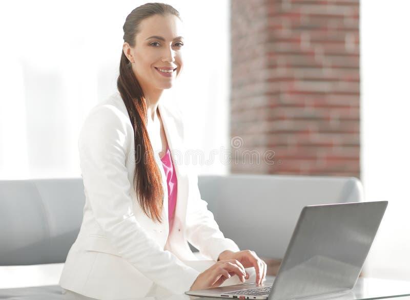 L'employé de la société imprime le texte sur l'ordinateur portable images stock