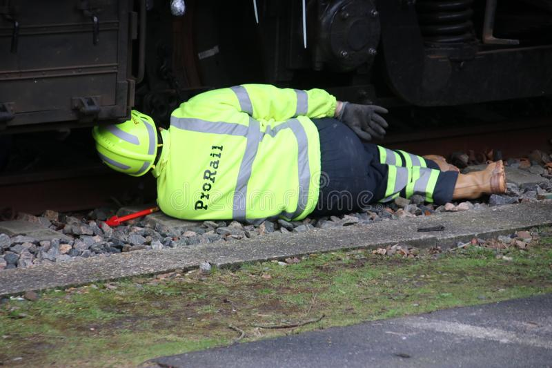 L'employé de Prorail travaille à un déraillement d'un train photo libre de droits