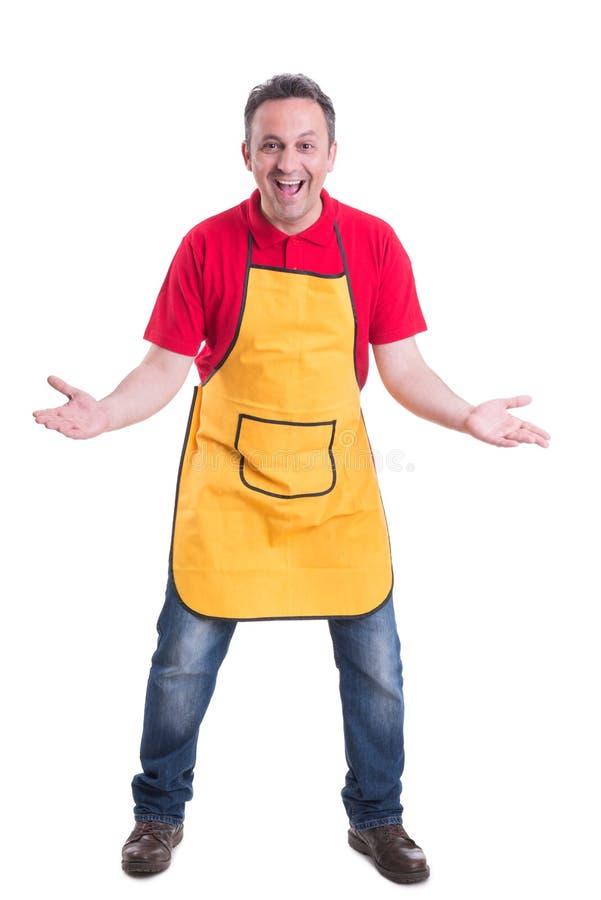 L'employé enthousiaste de supermarché se tenant avec des paumes s'ouvrent photographie stock