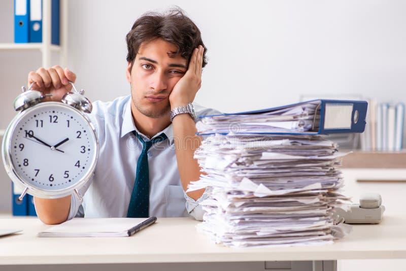 L'employé occupé surchargé avec trop de travail et écritures images libres de droits