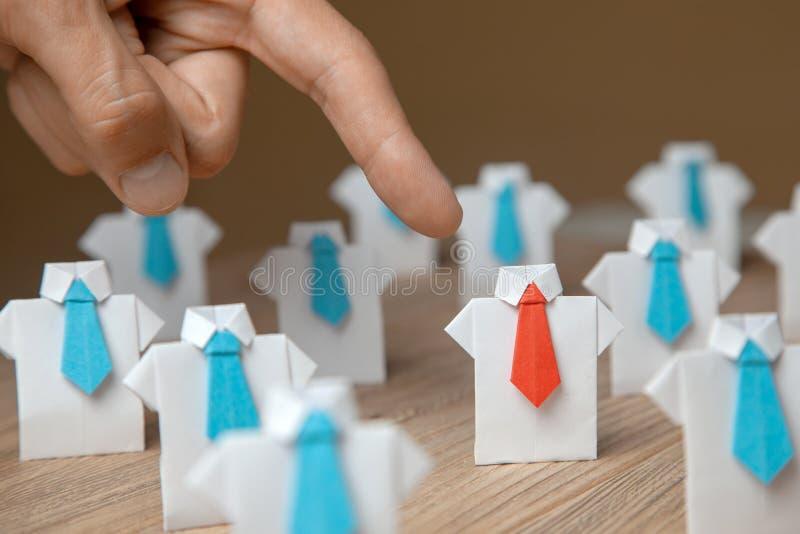 L'employeur choisit des points avec l'employé de doigt Le chef se tient de la foule Recherche d'un bon travailleur Heure, concept photographie stock libre de droits
