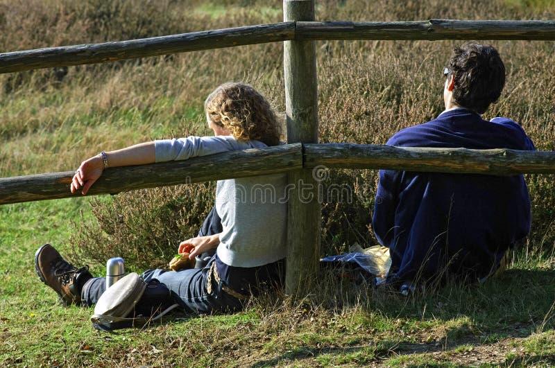 L'en de repos de randonneurs mangent dans la réserve naturelle néerlandaise dans Mook photo libre de droits