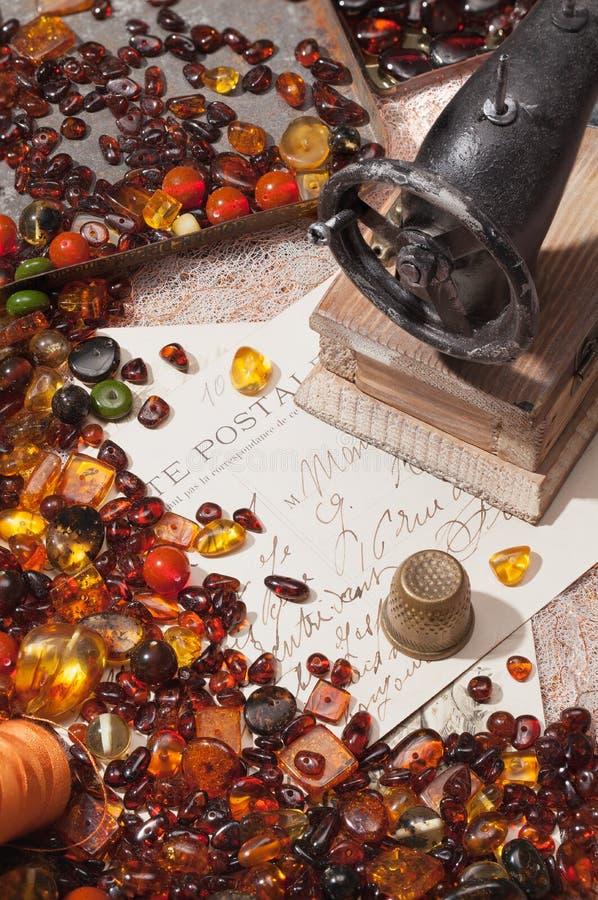 l'Encore-vie avec l'ambre et les machines à coudre photographie stock