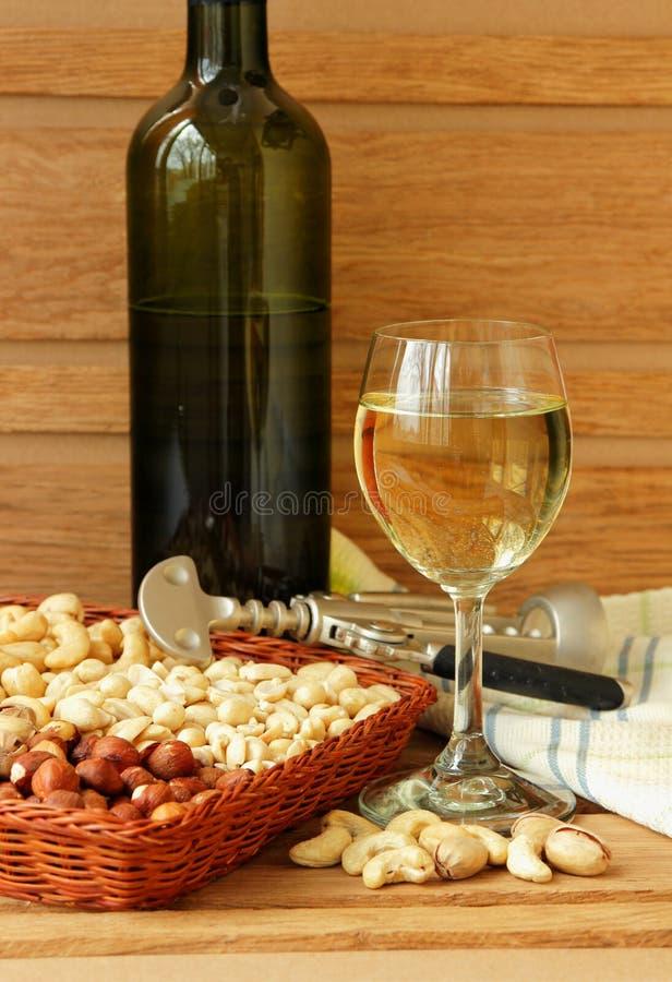 l'Encore-vie avec un verre de vin et d'écrous photo libre de droits