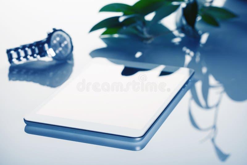 L'encore-vie d'affaires avec la tablette et l'horloge a modifié la tonalité dans le bleu photographie stock libre de droits