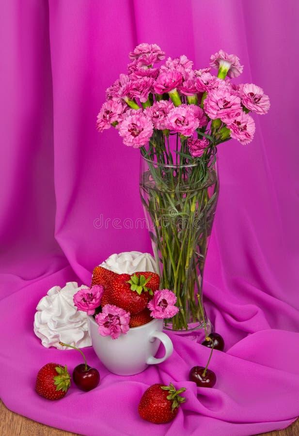 l'Encore-vie d'une fraise, d'une merise, d'un bise et d'un bouquet des bleuets roses image libre de droits