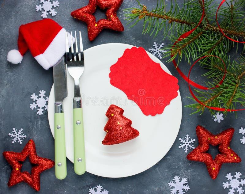 L'endroit d'arrangement de table de Noël avec les décorations de fête et vident photographie stock libre de droits