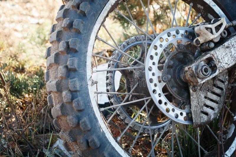 L'enduro del motociclo della ruota è sporco sulla fine dell'erba su fotografie stock