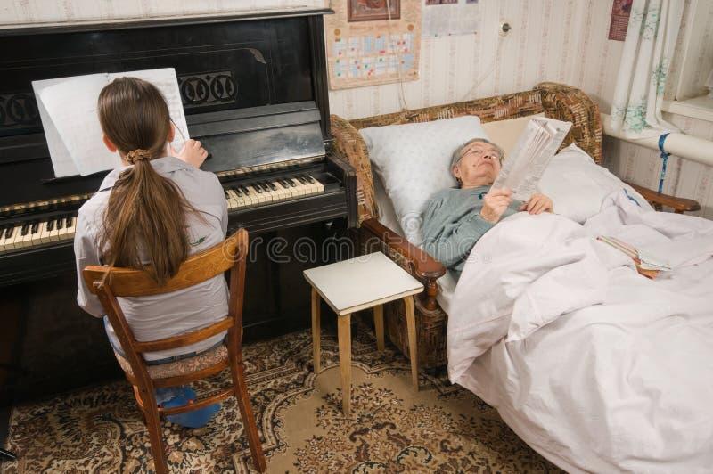 L'enfance et la vieillesse. image libre de droits
