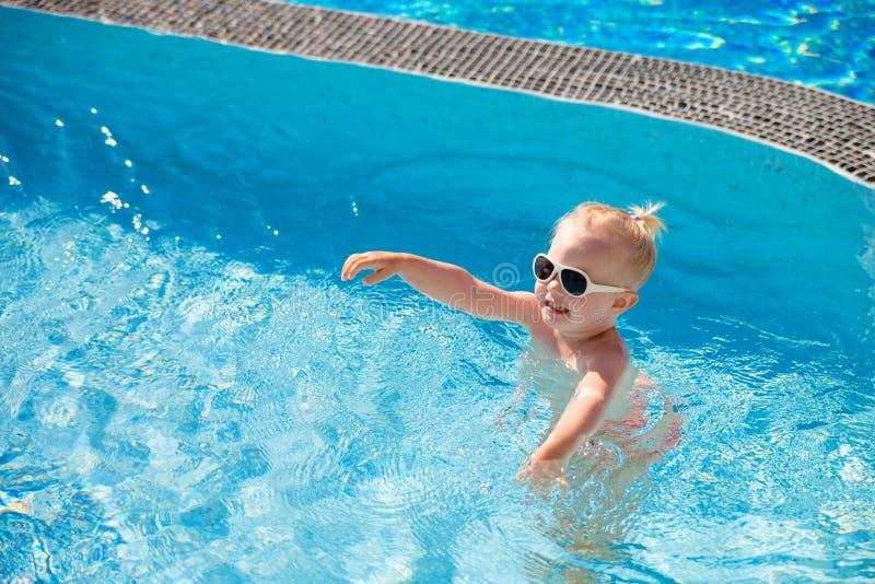 L'enfant éclabousse dans la piscine photographie stock