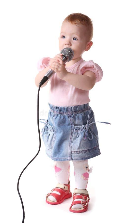 L'enfant écoute la musique image stock