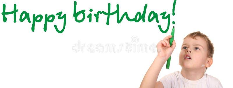 L'enfant écrivent le joyeux anniversaire photo libre de droits