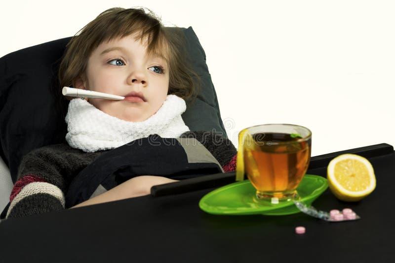 L'enfant été fatigué, fièvre, toux, écoulement nasal images libres de droits