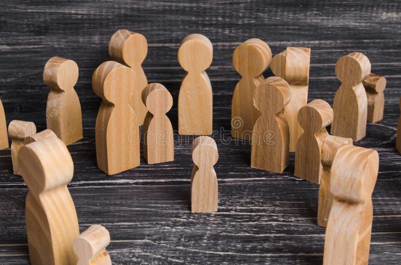 L'enfant a été perdu dans la foule Une foule des chiffres en bois des personnes entourent un enfant perdu Gosse perdu images stock