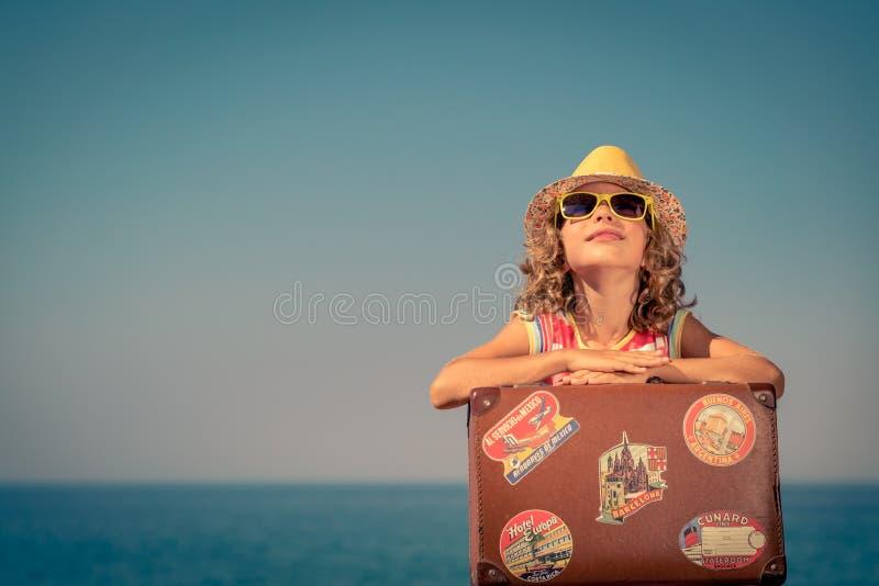 L'enfant apprécie des vacances d'été à la mer image libre de droits