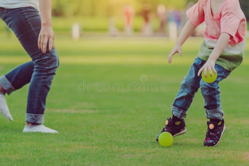 L'enfant apprécient au jeu avec peu de boule sur le champ photo stock