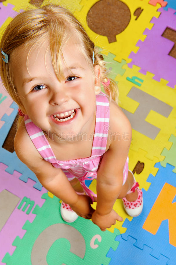 L'enfant apprenant l'alphabet est heureux image libre de droits