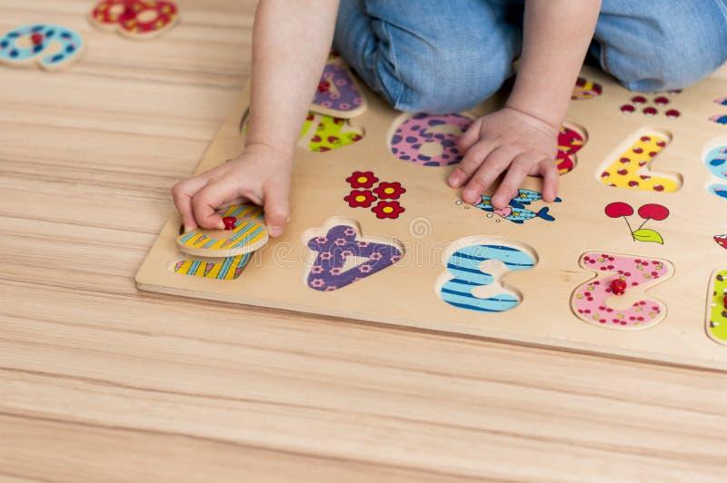 L'enfant apprend à compter photos libres de droits