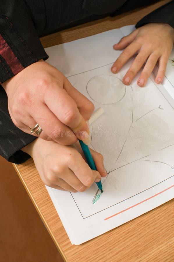 L'enfant apprend à dessiner. photographie stock libre de droits
