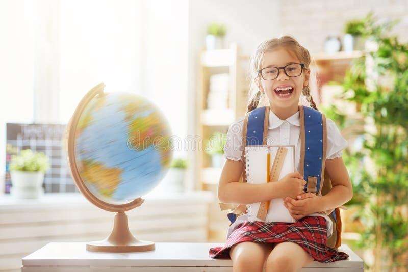 L'enfant apprend dans la classe image stock