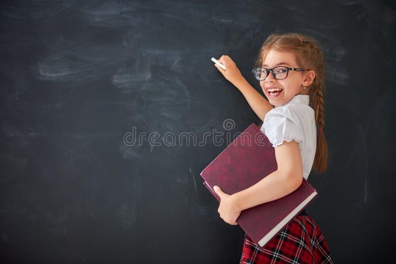 L'enfant apprend dans la classe photo stock