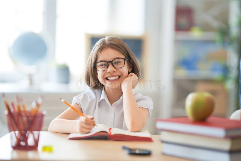 L'enfant apprend dans la classe photo libre de droits