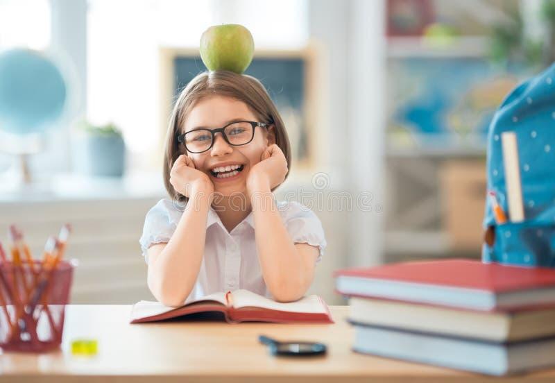L'enfant apprend dans la classe image libre de droits