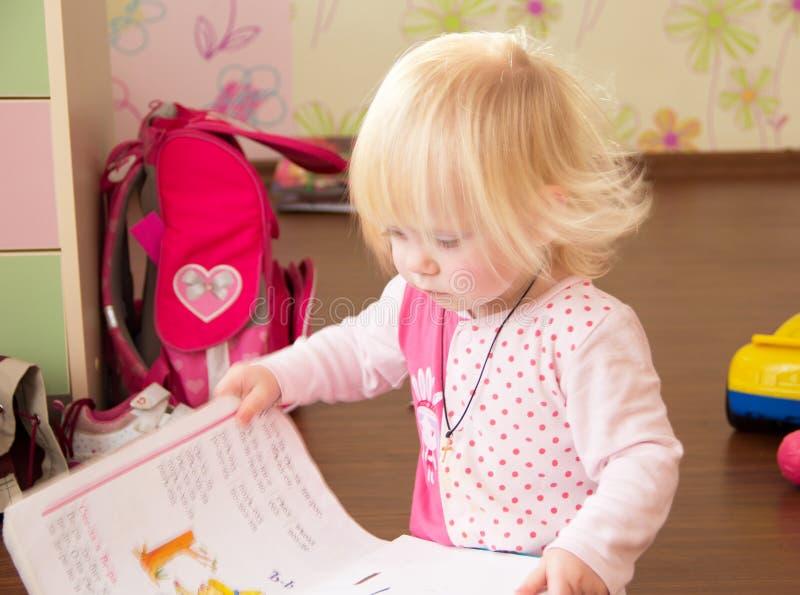 L'enfant apprend des lettres image stock