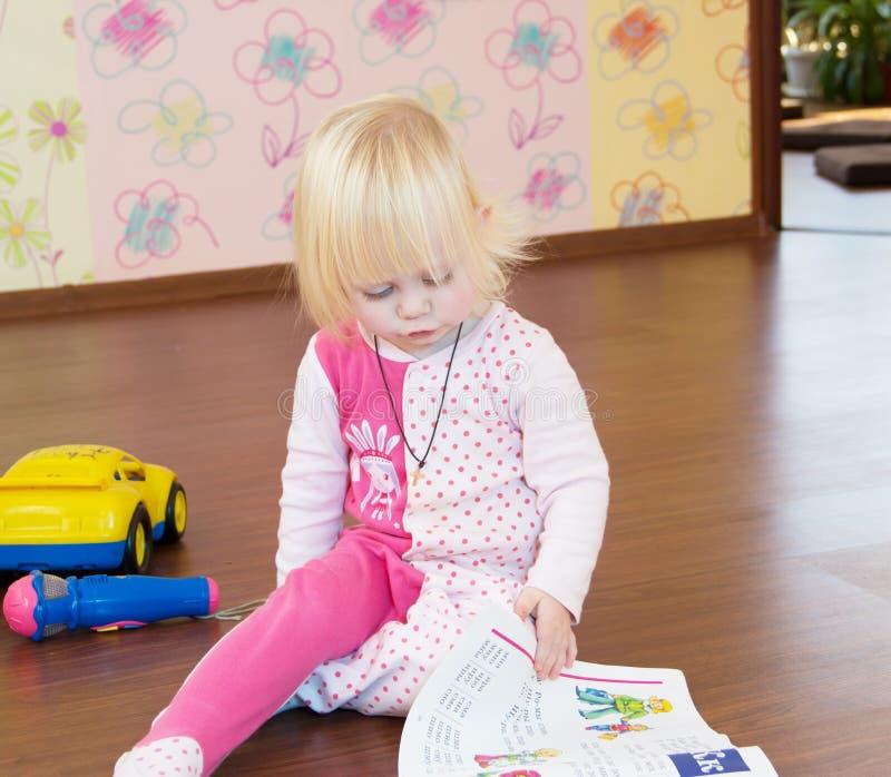 L'enfant apprend des lettres image libre de droits