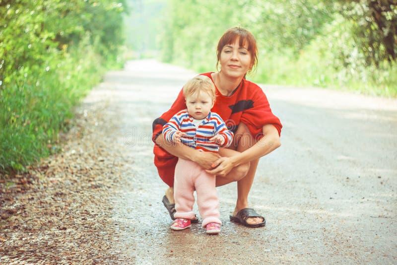L'enfant apprend ? marcher sur l'herbe photographie stock