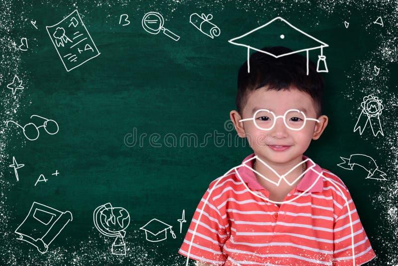 L'enfant asiatique imaginent son jour gradué avec le dre licencié tiré par la main images libres de droits