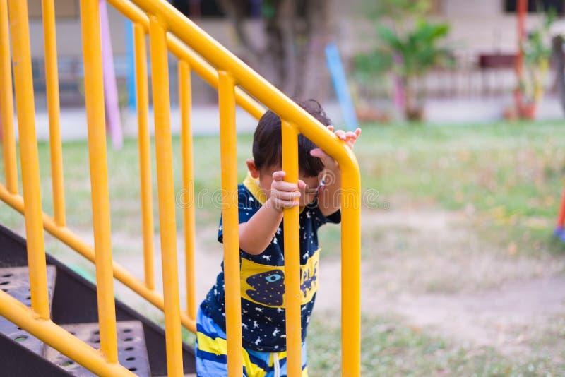 L'enfant asiatique monte les escaliers en parc photos stock