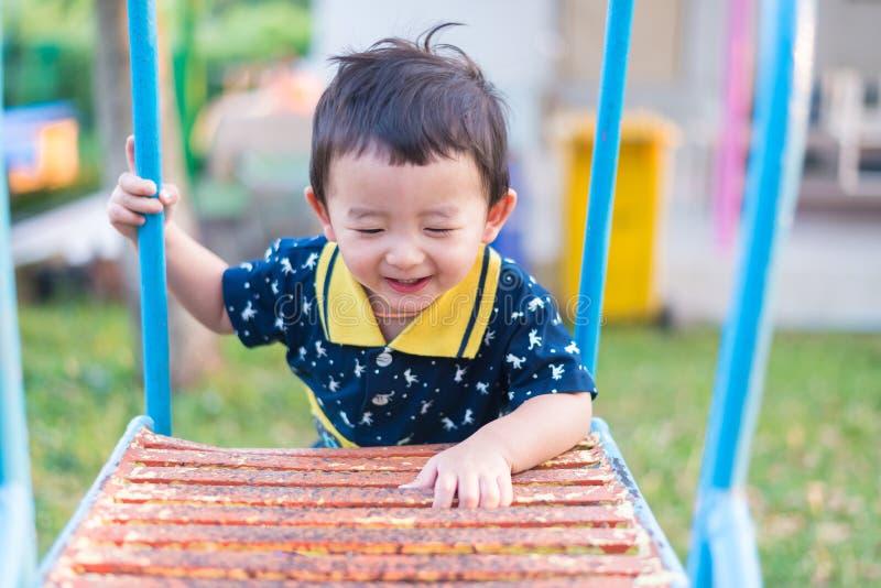 L'enfant asiatique monte les escaliers en parc Concept de grandir photos libres de droits