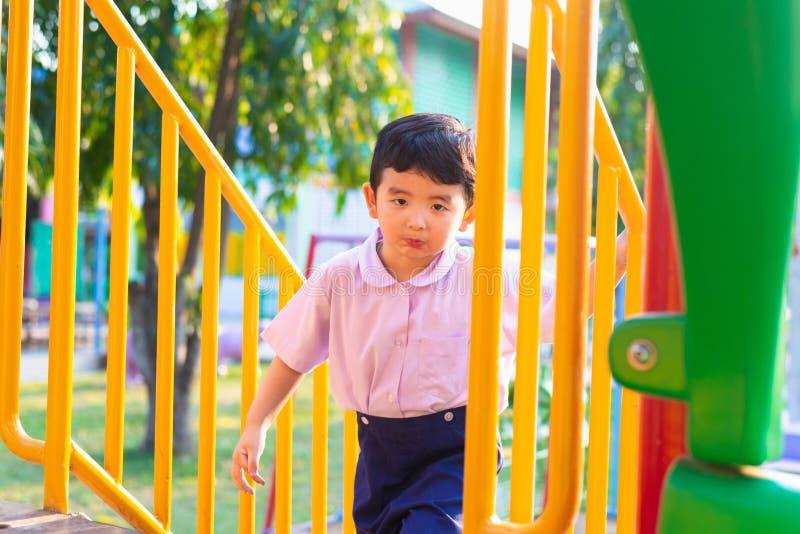 L'enfant asiatique monte les escaliers en parc Concept de grandir images stock