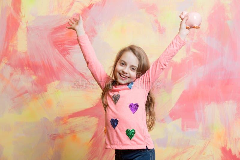 L'enfant avec le visage heureux épargnent l'argent pour l'avenir photographie stock libre de droits