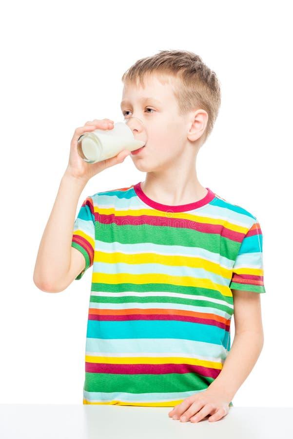 l'enfant boit du lait d'un verre, portrait d'une photo saine de concept de garçon photo libre de droits
